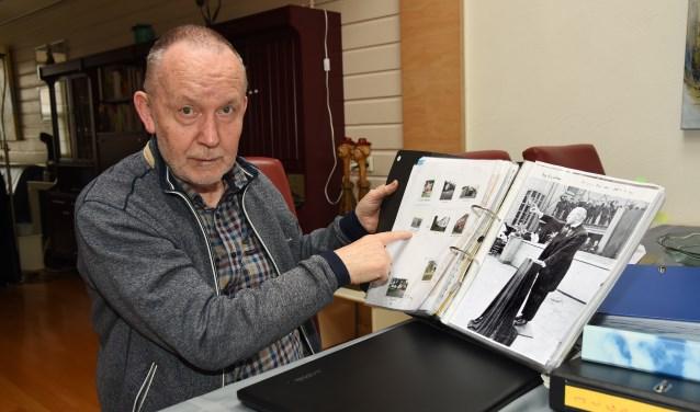 Schrijver Martien Heesters toont zijn ordners met literatuur en foto's (foto Jan Wijten)