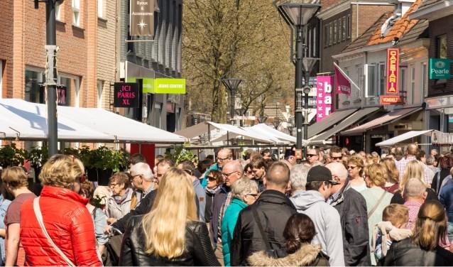 De jaarlijkse Voorjaarsmarkt in het stadshart van Zevenaar wordt altijd druk bezocht door het winkelende publiek. Naast shoppen bij de kramen en winkels is er een modeshow op het Raadhuisplein. (foto: PR)