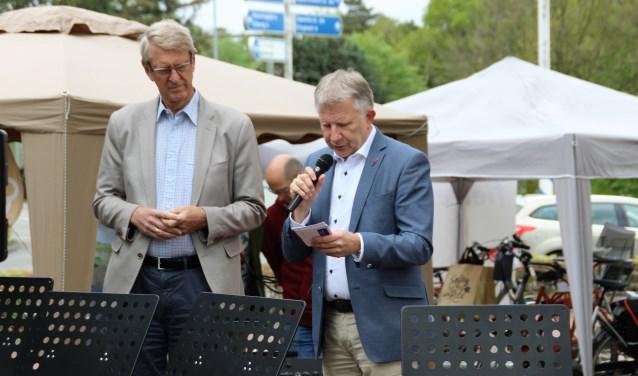 Wethouder Gert van den Berg leest cijfertjes, voorzitter Dick van Hemmen luistert. Foto Dick Baas