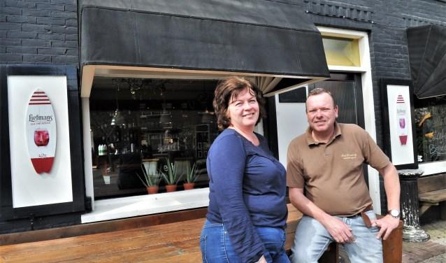 Simone en Robert van Wijk op het terras van hun nieuwe bedrijf eetcafé Bender aan de Molenweg in Renkum. (foto: gertbudding.nl)