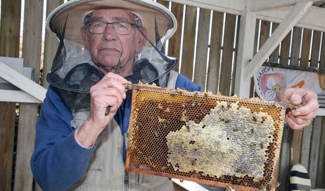 """""""Ik ben heel graag met de bijen bezig in de natuur."""" FOTO: Theo van Sambeek."""