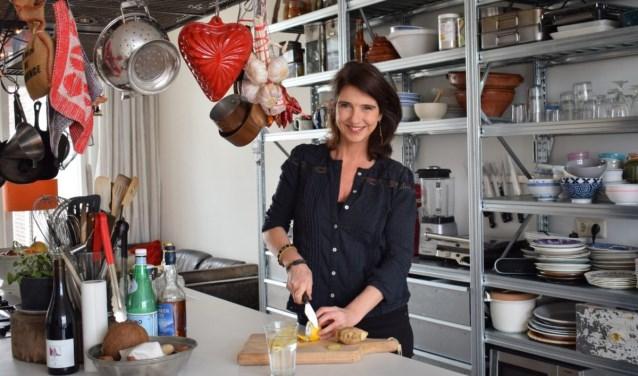 De keuken is in Janneke's appartement het middelpunt. Toch vond ze het na haar scheiding moeilijk om voor één persoon te koken. (Foto: Joyce Hoogland)
