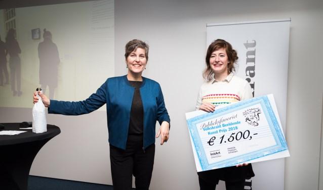 Sacha Bronwasser heeft de winnaarscheque overhandigd aan Anne Geene. (Foto: Pauline Niks)