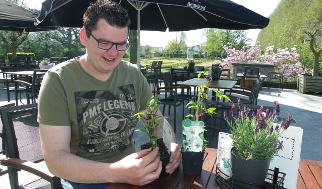 Michel van der Werf is clematiskweker en ambassadeur voor de boomkwekerijsector. Hij heeft vertrouwen in de toekomst van de boomteelt en brengt dat graag op jongeren over. Foto's: Morvenna Goudkade