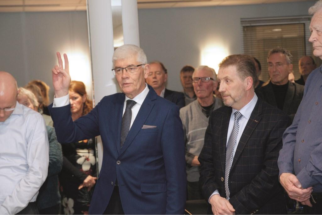 Hans Breunissen legt de eed af bij zijn installatie als gemeenteraadslid vorige week.