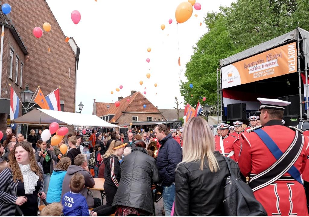 Na de opening van de koningsmarkt werden ballonnen opgelaten.  © Persgroep