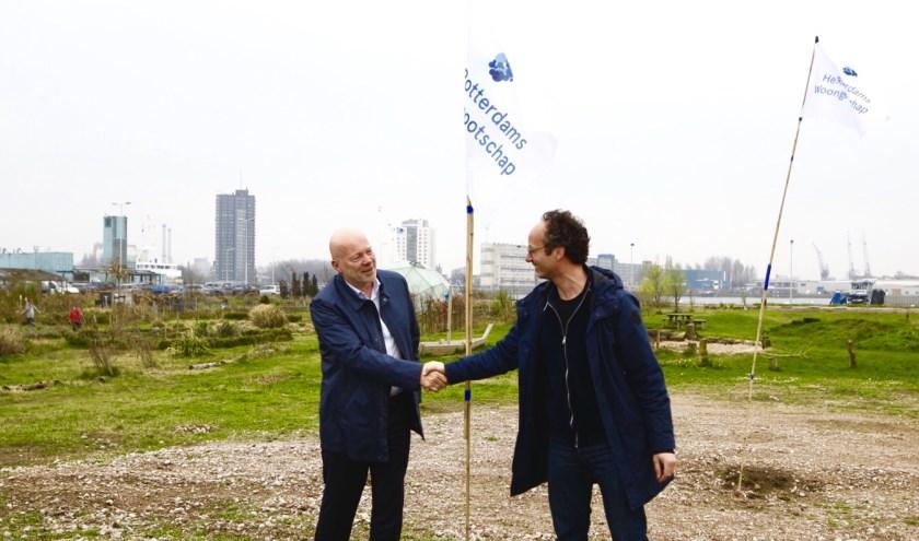 Wethouder Simons en Arie Lengkeek van het Rotterdams Woongenootschap.