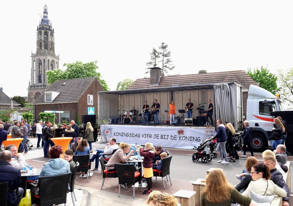 De band Net Alsof uit Rhenen was één van de vele live bands op de koningsmarkt.  © Persgroep