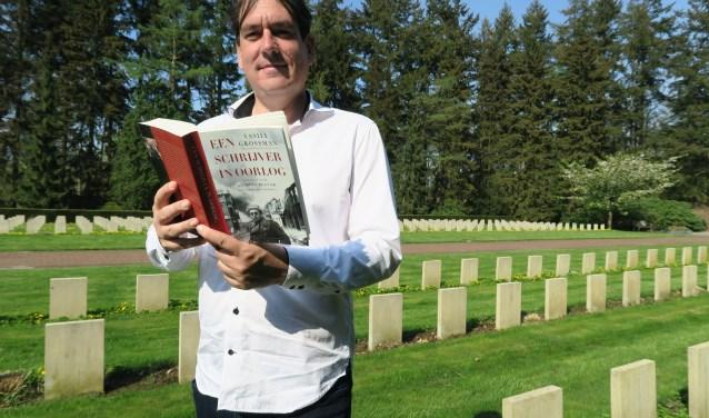 Remco Reiding met zijn favoriete boek 'Een schrijver in oorlog', door auteur Vasili Grossman, vanaf 1941 als oorlogscorrespondent in dienst van het Rode Leger. (Foto: Marian Vreugdenhil)