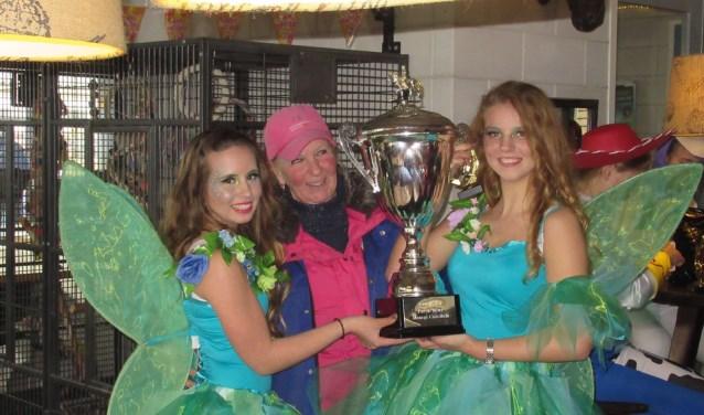 De winnaars, Demi en Anna, met manege-eigenaresse Ellen
