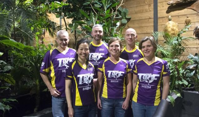 Omzoomd door tropisch groen presenteert het nieuwe bestuur zich onder aanvoering van Patricia Kloonen (in het midden). FOTO: HENK BAKKER