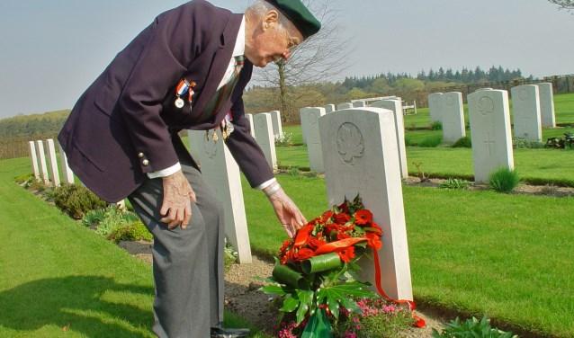 Ken Froland bezocht ook vaak het graf van zijn vriend Walter Strang op de Canadese Oorlogsbegraafplaats in Groesbeek. (Foto W.S.F.)