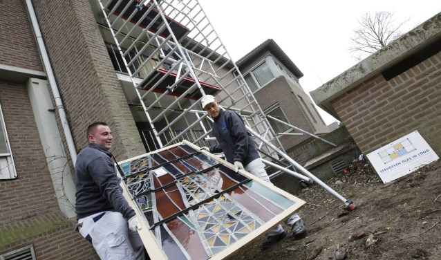 Glas- en schildersbedrijf Verhoeven had een dag werk methet demonteren van de in totaal twaalf panelen. Foto: Jurgen van Hoof