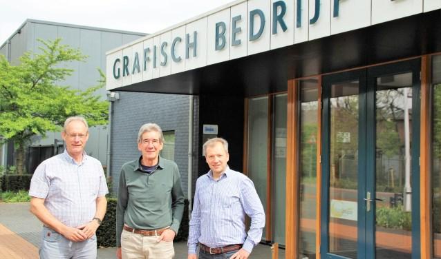 Koos Bokhorst (m) heeft een mooi boekje geschreven over 85 jaar historie van het familiebedrijf Bokhorst. Dries Huisman (l) en Sven Bokhorst (r) vormen nu de directie. Foto Dick Baas