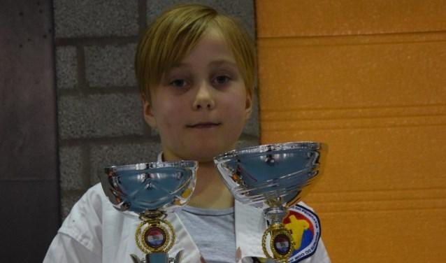Tirza met haar twee gewonnen bekers.