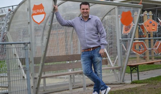 Martijn van Dalen bij de dug-out op het voetbalveld van Alphia. 'Tja, de club gaat in je hart zitten. Het oranje-witte hart.'