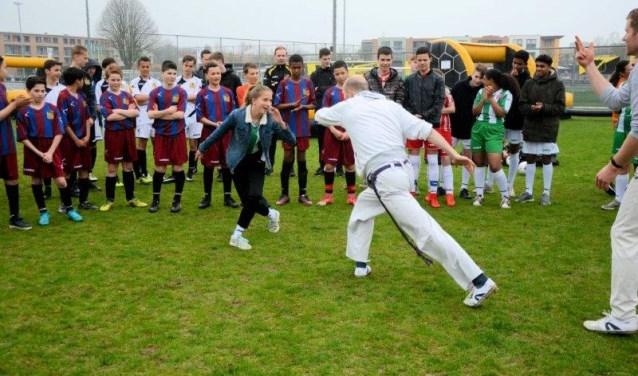 Voordat ze aan de wedstrijden begonnen, kregen de teams eerst 'n Braziliaanse Capoeira warming-up. FOTO: PETER VAN DIJK / TEAMPLAY@NAC
