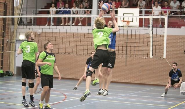 Blauw Wit was wel sterker dan SSS, maar het verschil was niet groot genoeg. De volleyballers moeten nu afwachten of ze rechtstreeks promoveren, of daar eerst nog voor moeten strijden. Foto: Dik Kuiper