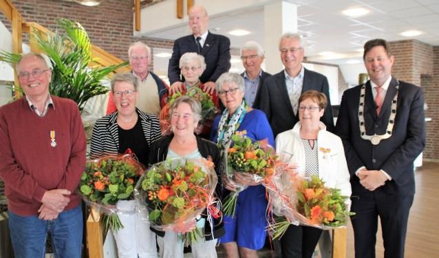 Ook de tweede groep kon met de bloemen op de foto. Foto Dick Baas