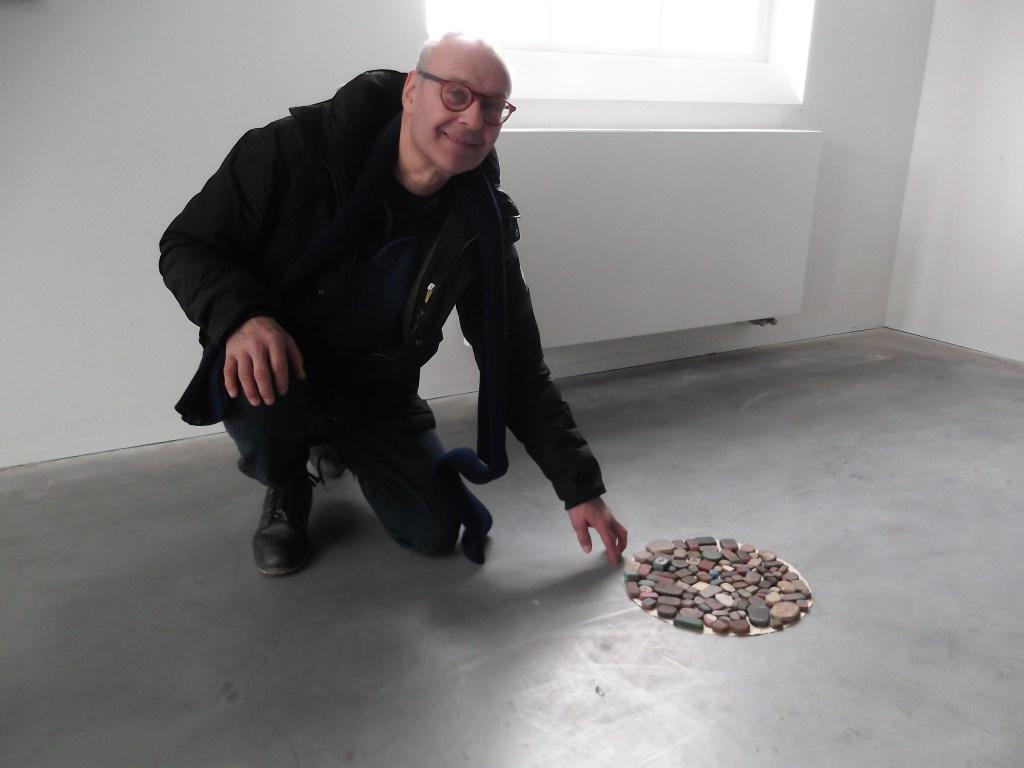 Helmonder Paul Dirks bij één van de expositiestukken in de Cacaofabriek: een verzameling gummen die hij gevonden heeft - met name tijdens zijn vakanties in Frankrijk. Foto: Idor van Duppen.