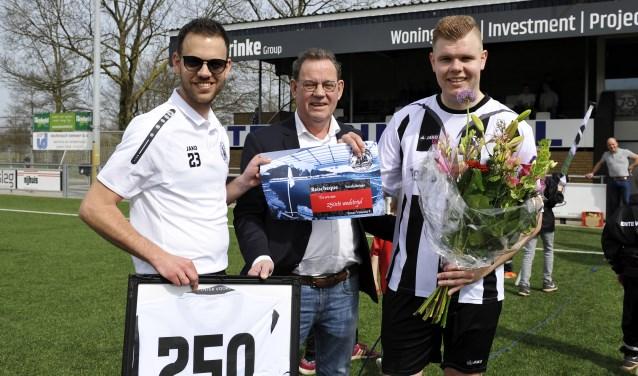 Elftalleider Thijs ter Harmsel, EV-voorzitter Dick ter Harmsel en Ron Smit die zijn 250ste wedstrijd voor E.V. speelde en daarvoor gehuldigd werd. Ook scoorde hij twee doelpunten. Foto: Henk Pluimers.