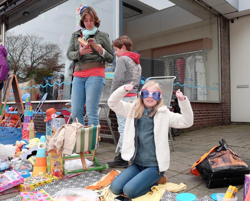 Pien van 10 uit Rhenen(met grote bril), ziet de verkoop voor vandaag wel zitten. Ze heeft er zin in,  © Persgroep