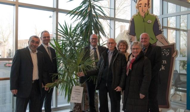 René Siroen en zijn vrouw ontvingen de palm uit handen van de van de vijf nieuwe raadsleden van Liberaal LVC.