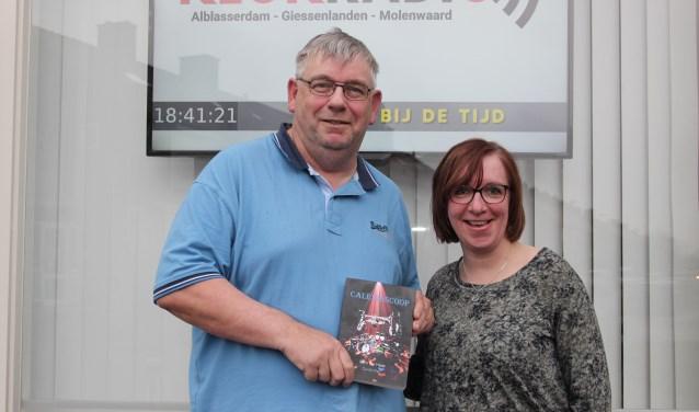 Oud-collega en goede vriendin Linda Hoogendoorn nam het eerste exemplaar van Caleidoscoop in ontvangst. (Foto: Ria Scholten)