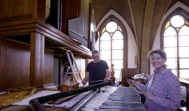 Het orgelrestaurateursechtpaar Nico en Annick van Duren is een maand geleden begonnen met het opknappen van het pijporgel. Foto: Jurgen van Hoof