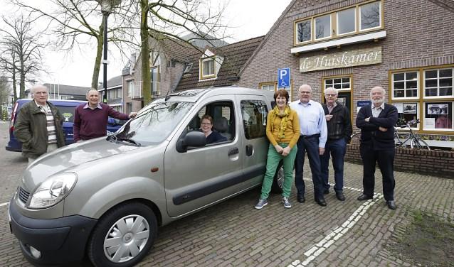 Leden van de commissie vervoer van Zorgcoöperatie Graaggedaan Leende met de onlangs aangeschafte Renault Kangoo. Foto: Jurgen van Hoof