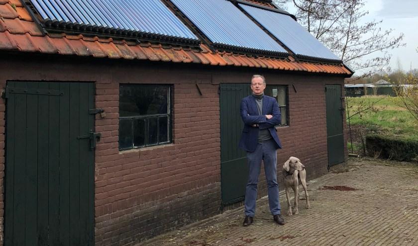 Frits Offermann is een voorloper. Op zijn bijgebouw liggen zonnepanelen en heatpipes. De zon schijnt gratis: op de panelen om stroom op te wekken, op de heatpipes om de warmte op te slaan in een grote boiler.