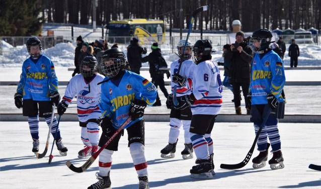 In de blauwe shirts van links naar rechts: Tristan (23), Sven (99) en Dennis (71). Dit is de wedstrijd tegen het team van Tsjechië en Slowakije. FOTO: Stanley Sprij