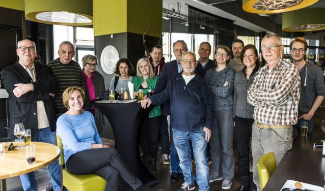 Op de foto het redactieteam van het Alphens Nieuwsblad, met v.l.n.r.: John, Theo, Karin, Wil, Esmeralda, Corien, Bram, Marc, Rob, Hans, Anke, Michel, Sylvia, Rijk en Mike. Sanne ontbreekt op de foto.