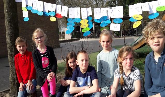 De kinderen van de taalwaslijnen gaan graag even bij hun eigen waslijn op de foto. Ai! Stilzitten, niet bewegen! Lastig!