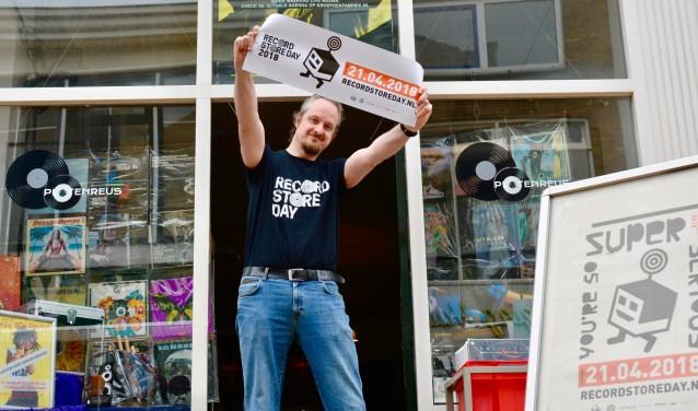 """Platenreus viert Record Store Day met een festival voor de deur! Alles is tot in de puntjes voorbereid. """"Het draait allemaal om muziek en gezelligheid. Nu nog mooi weer!"""" (Foto: Britt Planken)"""