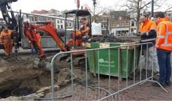 Stadsarcheoloog Maarten Groenendijk bij de container uitgegraven grond, die door leden van Golda zal worden onderzocht. Foto: Marianka Peters
