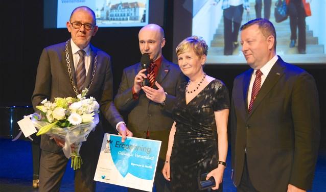Waarnemend burgemeester Piet Zoon, tolk Milan Kríž, Sona Horká en burgemeester Antonín Stanek van Olomouc bij de uitreiking van de erepenning van Veenendaal.