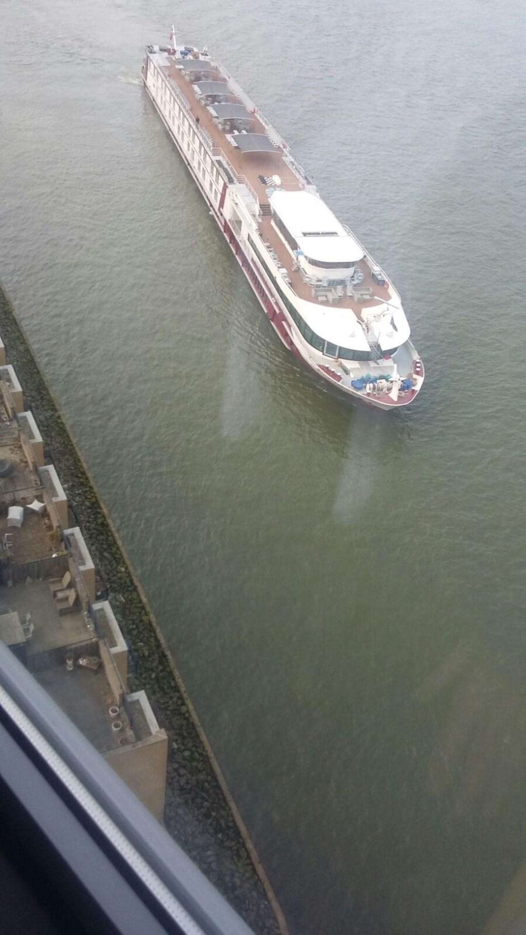Met deze manoeuvre brengt de kapitein van het schip een groet aan Anja Luijendijk. (foto: PR)