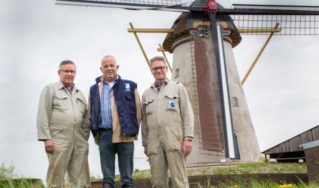 Molenaars Petro van Doorne, Erwin van Gameren en Jan Maas houden als vrijwillige molenaars de Hurnse molen in beweging. Foto: Martien Wolfs