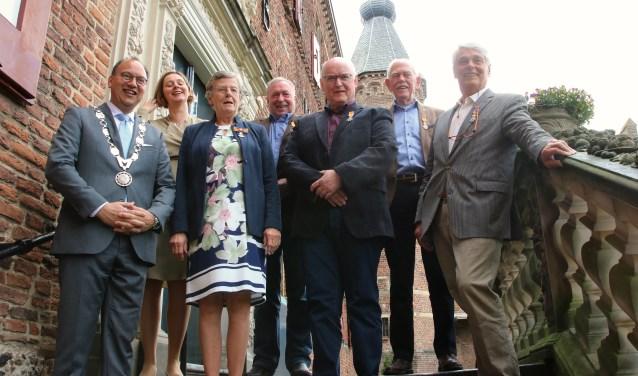De burgemeester poseert met de vijf verraste decorandi. V.l.n.r.: Burgemeester Peter de Baat, zijn vrouw Lida de Baat, Herma ten Brinke-Van der Voort, Willy Spekking, Ben Berendsen, Jan Groot en Gerard Lamers.