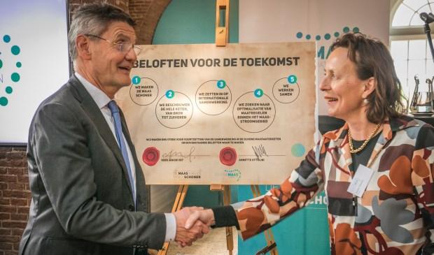 Op de foto Kees Jan de Vet (dijkgraaf waterschap Brabantse Delta en bestuurlijk ambassadeur Schone Maaswaterketen) en Annette Ottolini (algemeen directeur Evides Waterbedrijf en tevens bestuurlijk ambassadeur Schone Maaswaterketen).