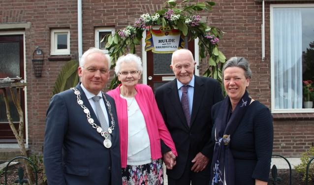Burgemeester Van der Borg en zijn echtgenote kwamen het bruidspaar feliciteren. (Foto: Ria Scholten)