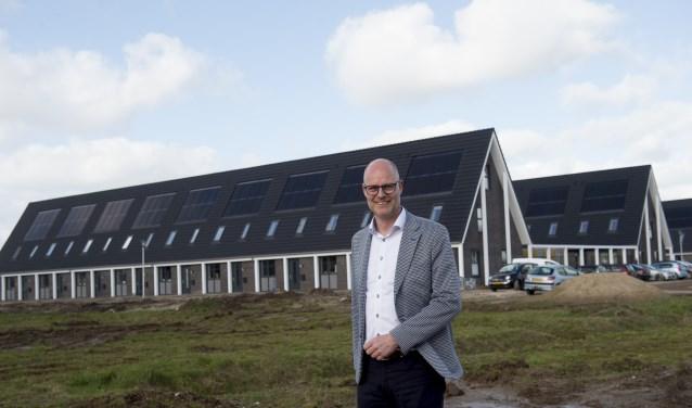 Directeur Arjen Jongstra bij de zeer energiezuinige woningen aan de Korrelhoed in Apeldoorn