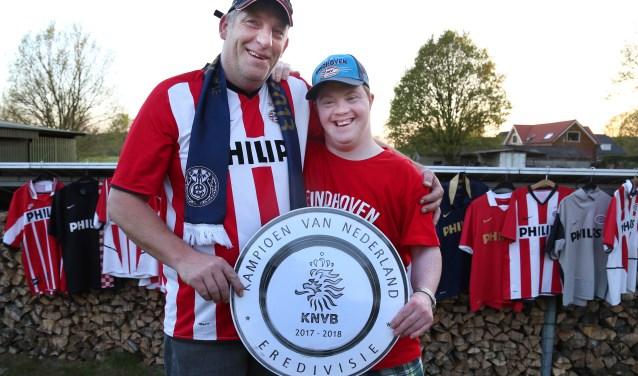 Ronnie Sommers en zijn buurjongen Marcel Erkelens gaan al jarenlang naar PSV. Dit jaar vierden zij het kampioenschap van de club samen in het Philips Stadion in Eindhoven. (foto: Marco van den Broek)