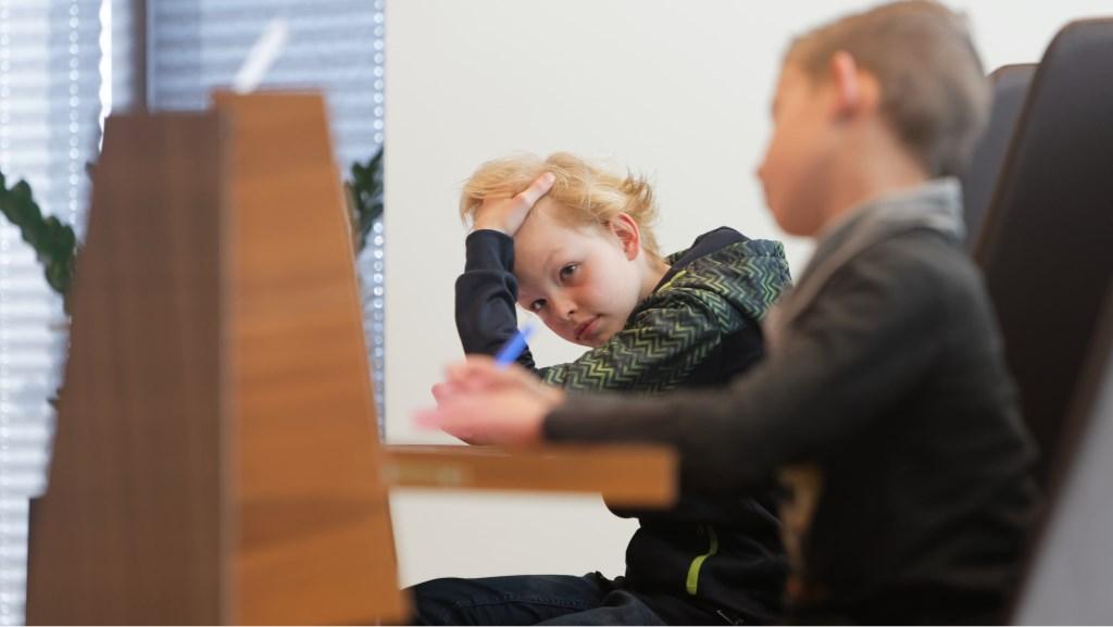 De deelnemers zaten soms met hun handen in het haar door het moeilijke dictee. Foto: Ton Pors © Persgroep