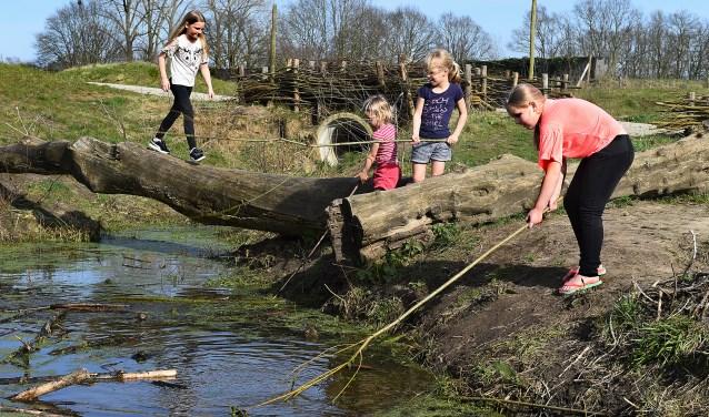 Aafke, Mirte, Valerie en Kiki in de natuurspeeltuin in Schöneveld. (foto: Roel Kleinpenning)