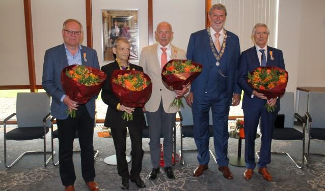 v.l.n.r. de heren Achterberg, Baas, Van den Boom, burg. Van Schelven en de heer Coenen