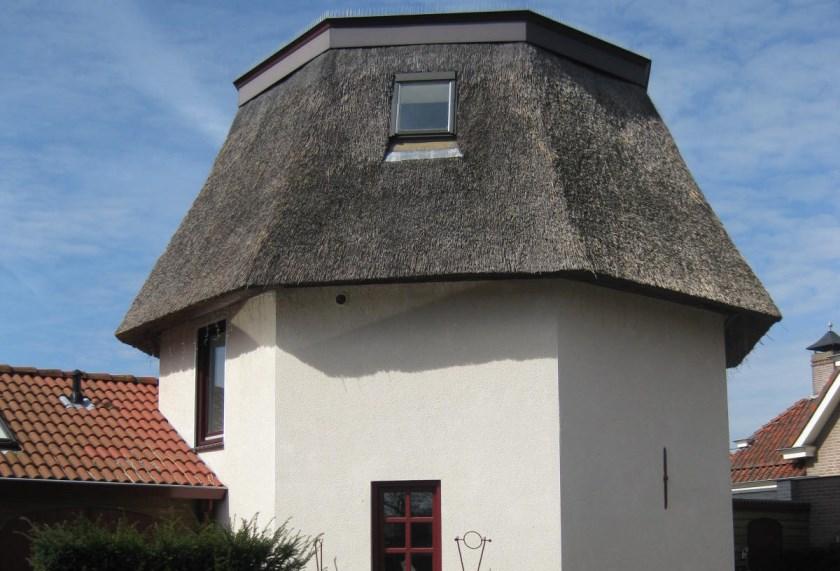 Wat er overbleef van de Fries stellingmolen van Duffhues is nu een rietgedekte woning.