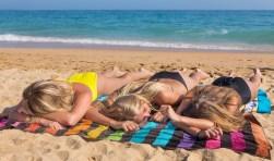 kinderen liggend strand