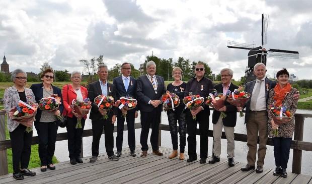 De gedecoreerden samen met burgemeester Tjerk Bruinsma. Foto: Mimi van Rossem